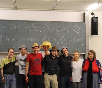 Gruppenfoto der Redaktion mit Onkel Toms Hüte