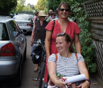 Frau Ramirez und Frau Reiß beim Stadt·teil·spaziergang