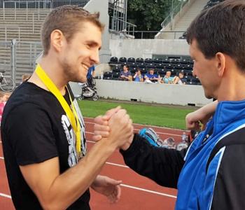 Sebastian Hofer freut sich über seinen Sieg
