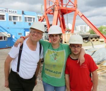 Willi, Melanie und Marcus auf der Bau·stelle