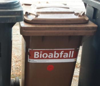 Eine braune Bio·müll·tonne
