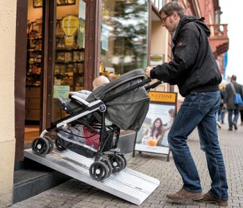 Kinderwagen auf mobiler Rampe