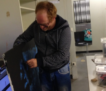Stephan Kaiser malt ein Bild