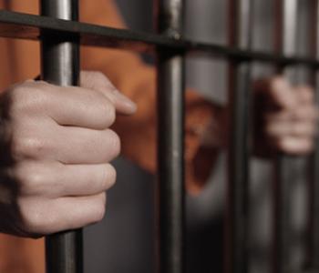 Mensch im Gefängnis