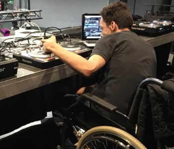 DJ Adam legt Musik auf
