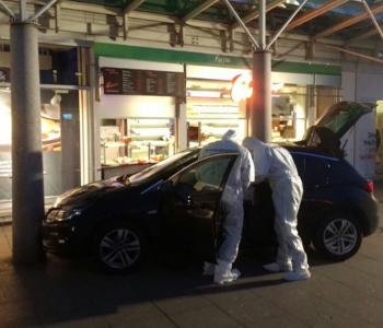 Die Polizei unter·sucht das Auto
