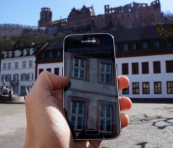 Handy mit Internet auf dem Karlsplatz
