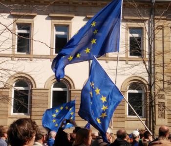 Menschen mit Flaggen von Europa