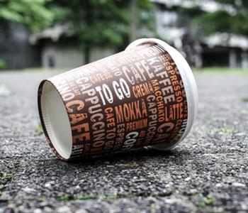 Kaffee·becher auf der Straße