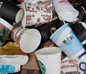 Viele Kaffee·becher im Müll