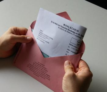 Wahl·schein in roten Brief·umschlag