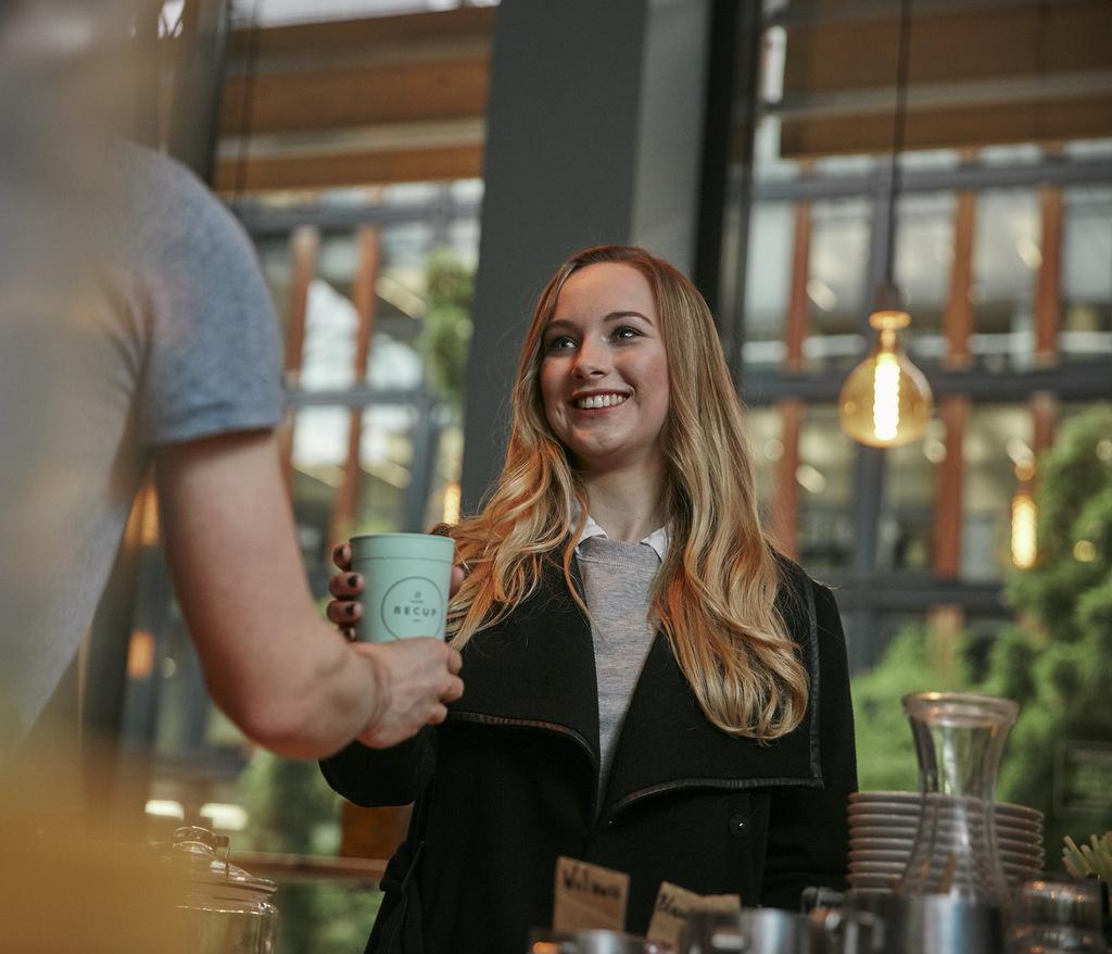 Frau kauft Kaffee