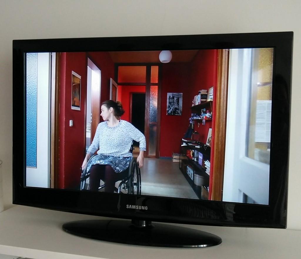 Frau im Rollstuhl im Fernsehen