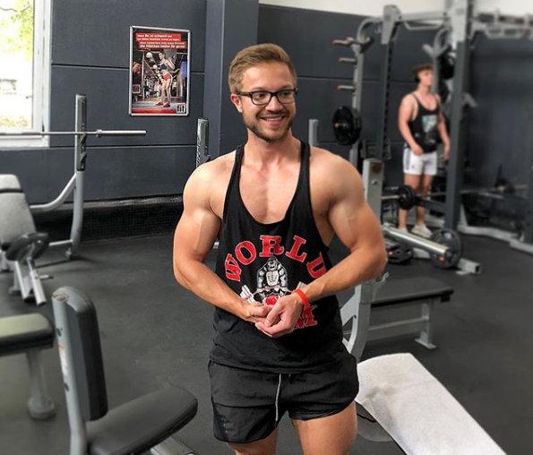 Dominik im Fitnessstudio