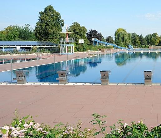 Schwimmbecken und Rutsche