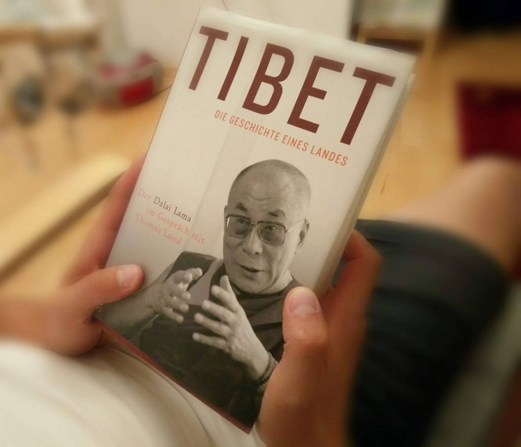 Buch mit dem Dalai Lama