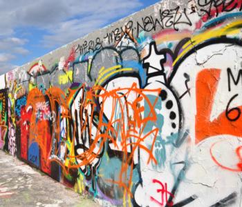 Ein Stück der Berliner Mauer heute. Bunt bemalt.