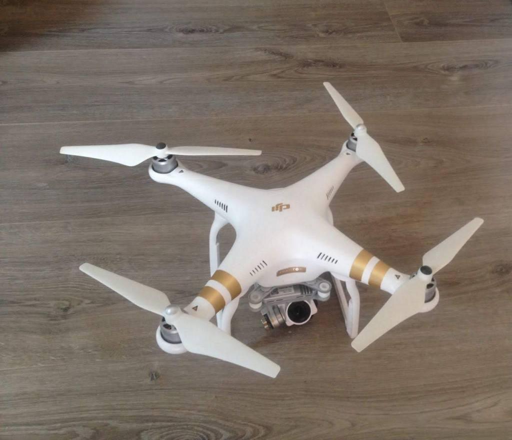 Weiße Drohne auf dem Boden
