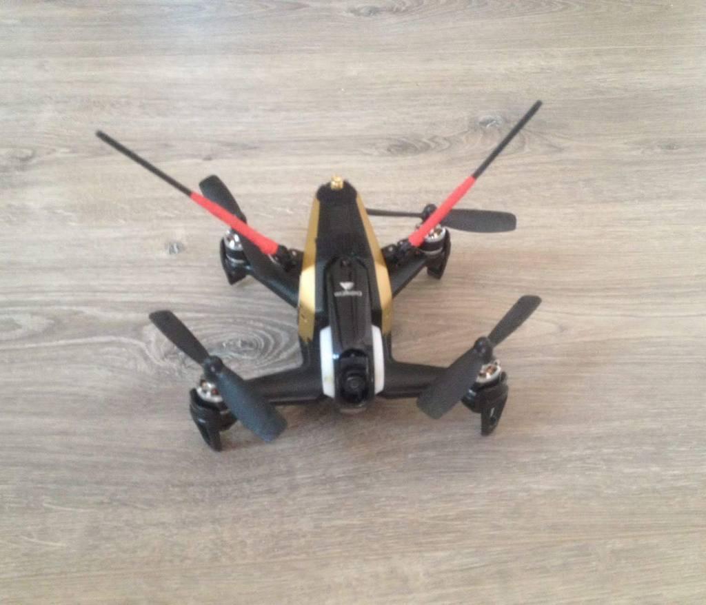 Kleine schwarze Drohne auf dem Boden