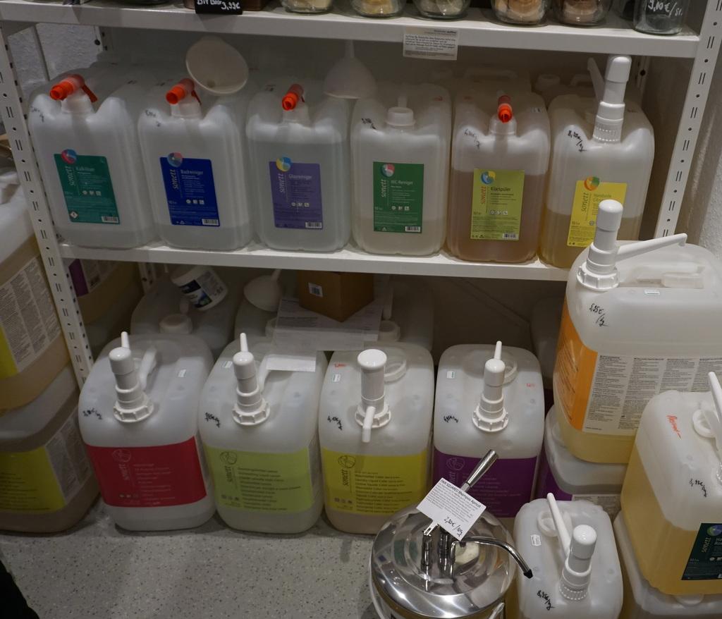 Große Behälter mit Flüssigkeiten