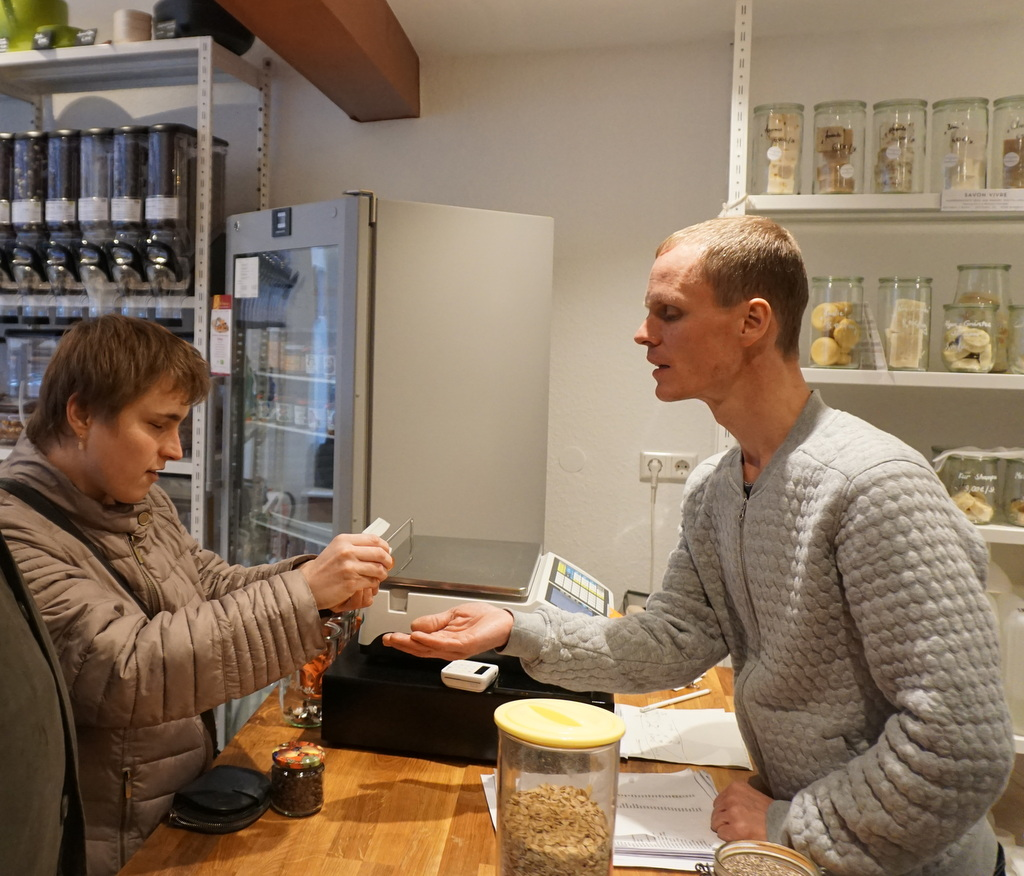 Isabelle kauft bei Andreas ein