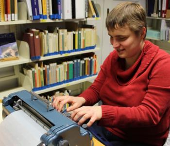 Isabell von Einfach Heidelberg schreibt Punkt·schrift