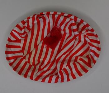 Hut mit roten und weißen Streifen