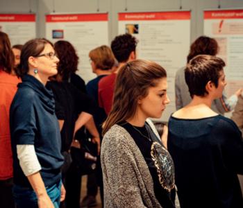 Menschen schauen sich die Ausstellung an