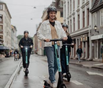 Personen auf E-Scootern