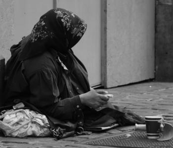 Frau bettelt am Straßenrand
