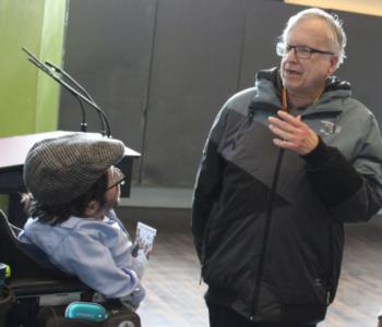 Das Team von Einfach Heidelberg im Gespräch mit Raul Krauthausen