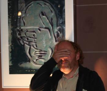 Künstler Stephan Kayser neben seinem Bild