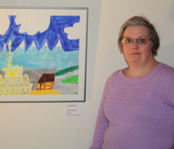 Künstlerin neben ihrem Kunstwerk