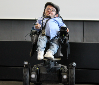 Raul Krauthausen hält einen Vortrag