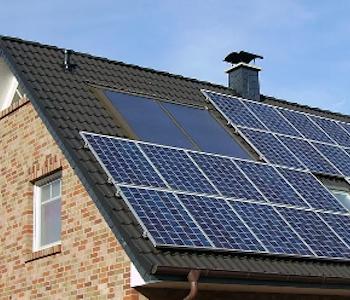 Hausdach mit Solaranlage