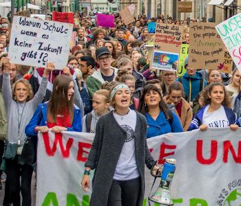 Viele Menschen bei Klimaschutz-Demo in Heidelberg