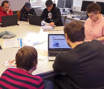 Auf dem Foto ist das Team von Einfach Heidelberg bei einer Redaktionssitzung