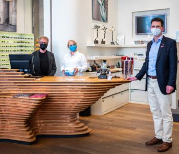 Menschen mit Maske in einem Geschäft.