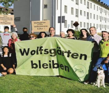 Demo von Menschen gegen die Wolfsgärten