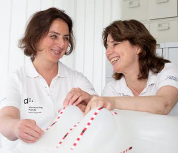 Zwei Frauen untersuchen ein Modell